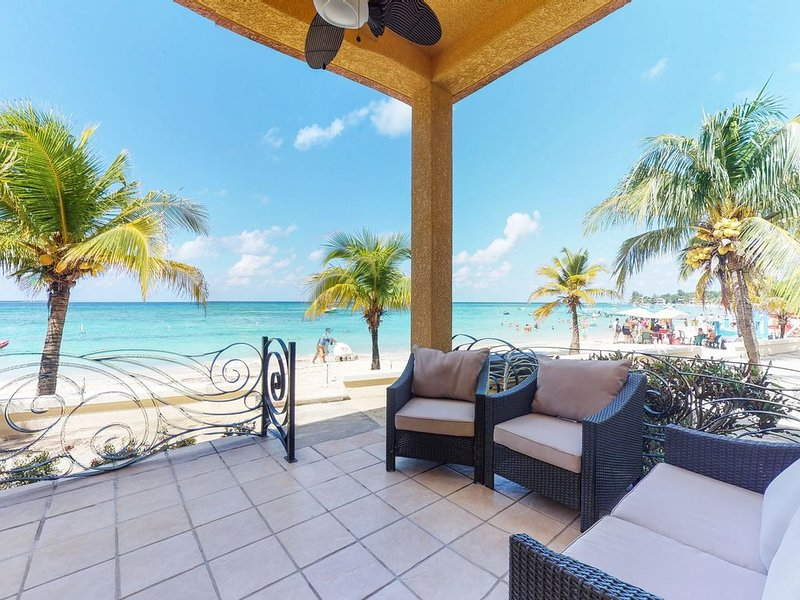 Stunning oceanfront condo with spacious patio & home comforts!, Ferienwohnung in West Bay