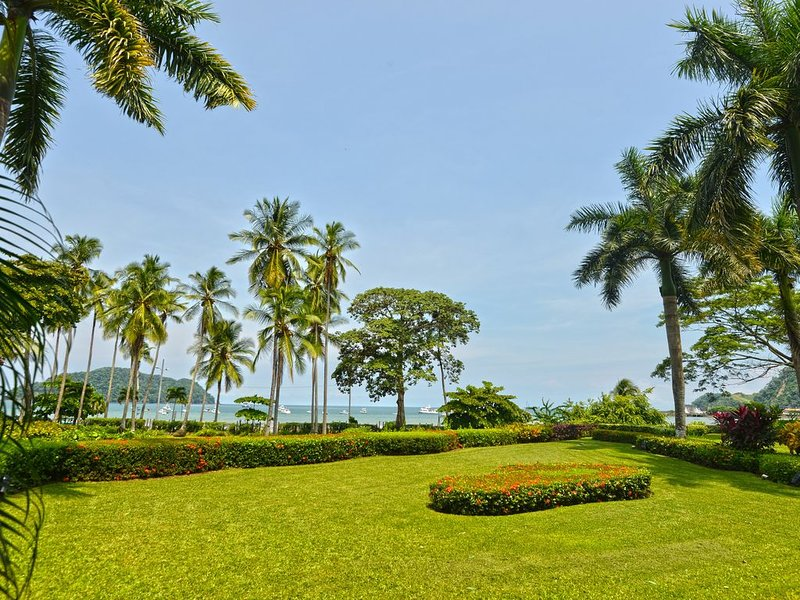 Gran jardín con vista al mar.
