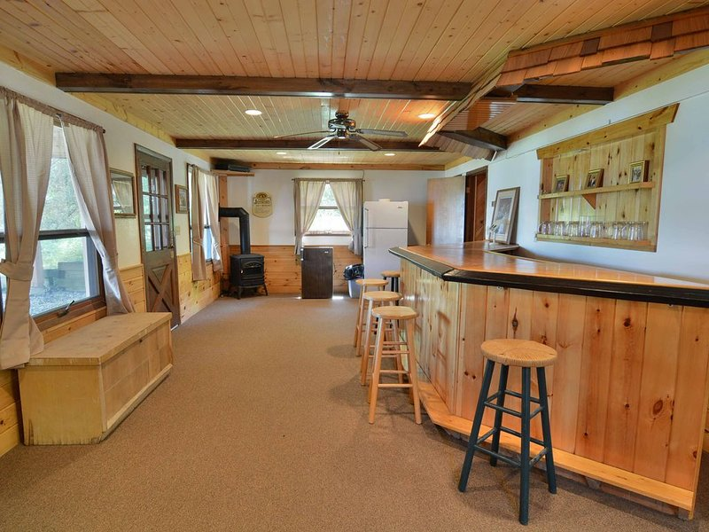 Spacious 4 bedroom, 3 bath vacation home, holiday rental in Cable