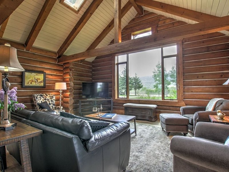 Breathtaking views of Red Lodge Mountain and Grizzly Peak, quiet home with a lar, vacation rental in Red Lodge