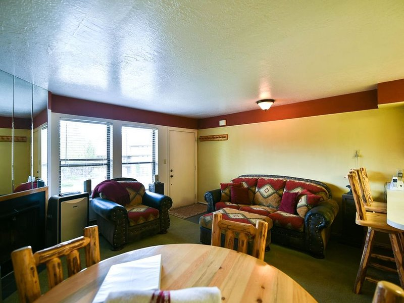 1 BR Vacation Condo near Pineview, Powder Mountain, Snowbasin & Nordic Valley Sk, holiday rental in Brigham City