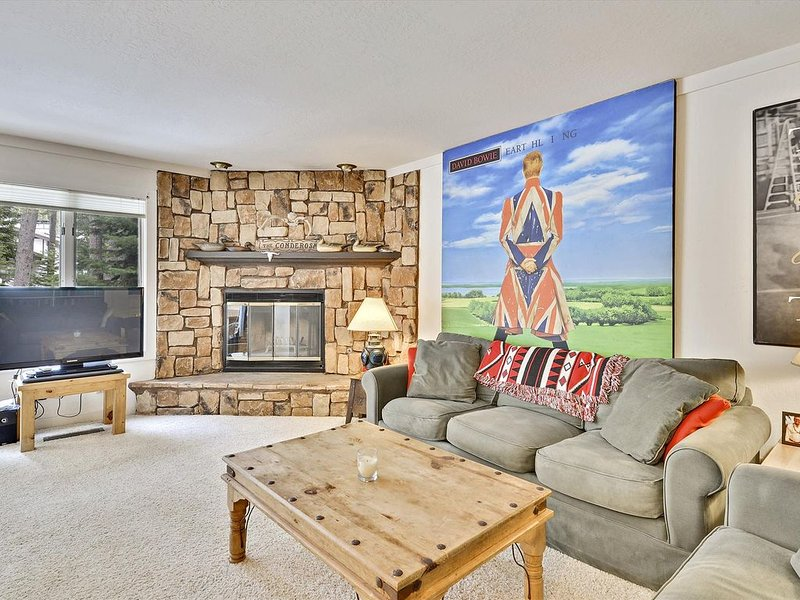 The Perfect Squaw Mountain Escape with Amazing Artwork! HOA Amenities. Hot Tub a, casa vacanza a Olympic Valley