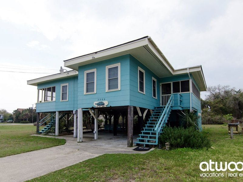 The Sea Turtle - Classic 4BR Beach Cottage; Pet Friendly & Easy Beach Access, aluguéis de temporada em Edisto Beach