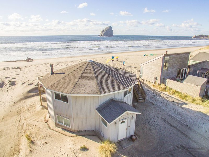 Sunset West #114 - Oceanfront hot-tub house sleeps 14. 5 bedrooms!, vacation rental in Pacific City