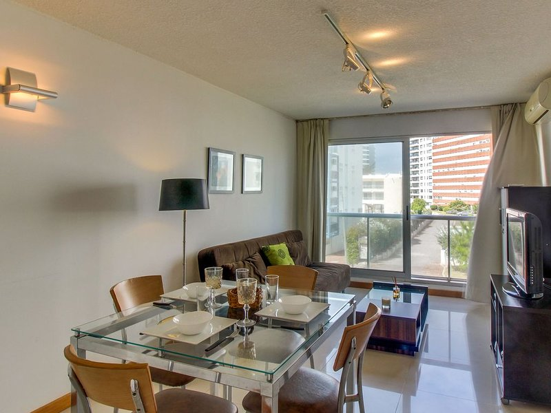 Cozy condo with shared pool and hot tub blocks from the beach!, alquiler de vacaciones en Departamento de Maldonado