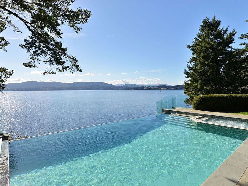 Incredible 6 Bedroom 6 Bath Oceanfront Lodge with Infinity Edge Pool, holiday rental in North Saanich