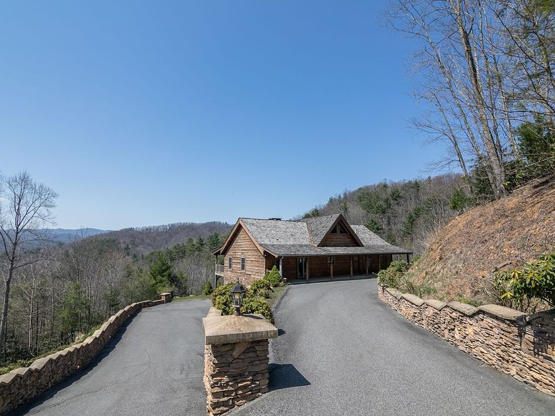 Mountain Getaway - Custom Log Home in Blowing Rock with great Views, ping pong t, vacation rental in Lenoir