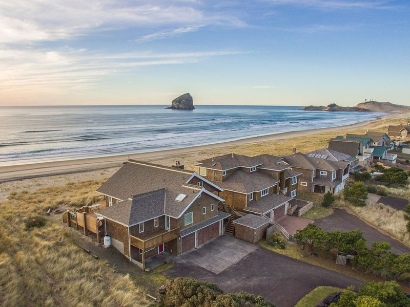 Top O' the Dune #157 - Luxury oceanfront home. Amazing views & fun party room. 4, holiday rental in Pacific City