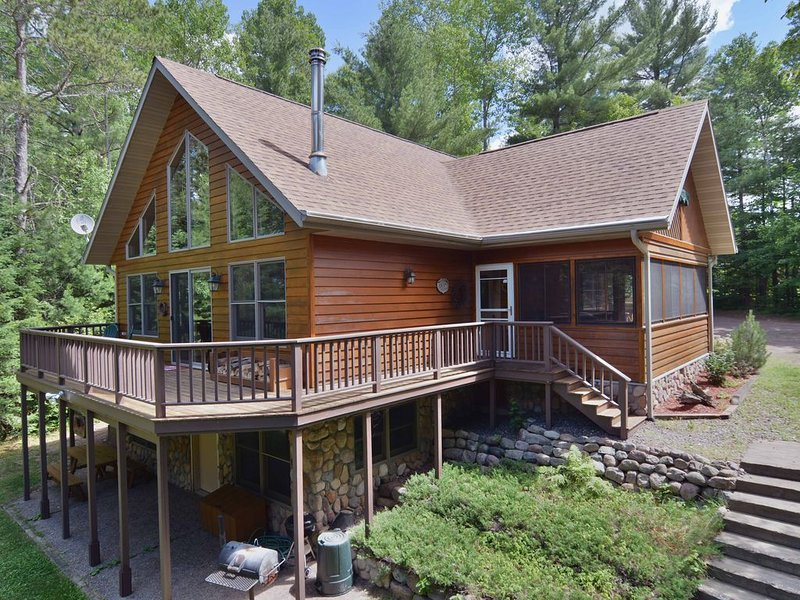 Cascade is a spacious 3 bedroom, 2.5 bath home overlooking Lower Clam Lake, holiday rental in Mellen