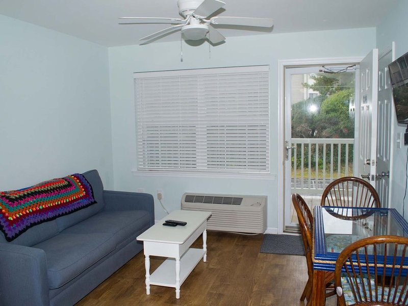 2ND FLOOR OCEANSIDE EFFICIENCY POOL & EASY BEACH ACCESS, vacation rental in Atlantic Beach