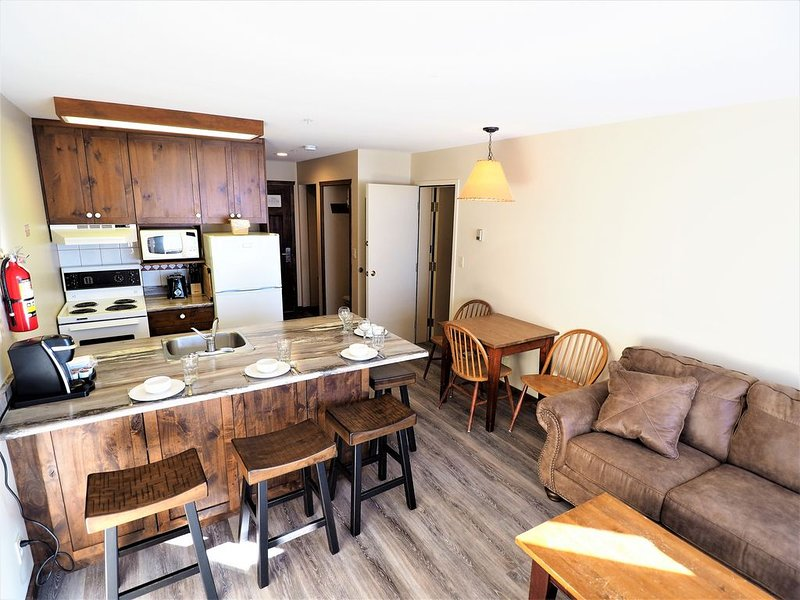 Apex Inn 3rd floor 2 bdrm suite with excellent mountainside view, vacation rental in Keremeos