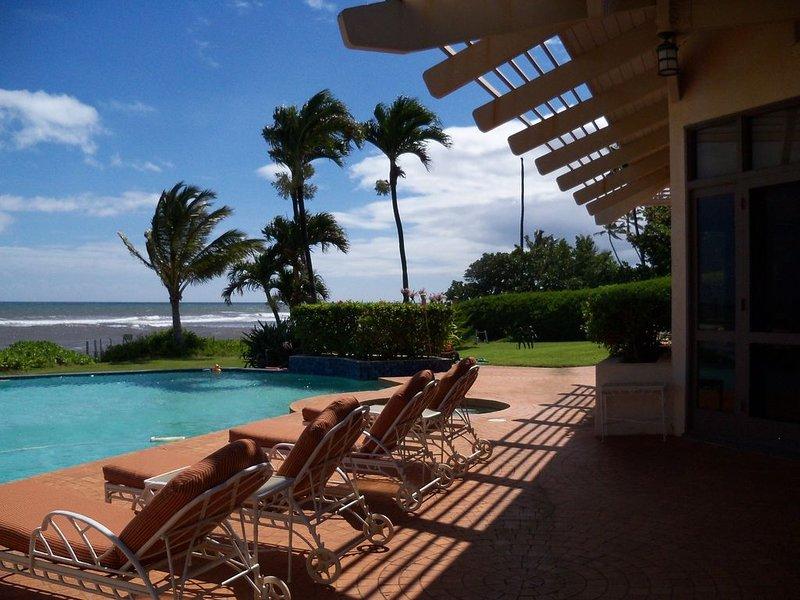 One of a kind private Luxury beachfront Estate with oceanfront pool & jacuzz, location de vacances à Kekaha