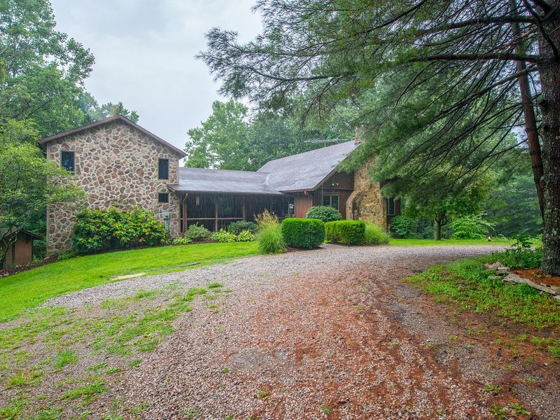 Old meets new in this unique cabin/timber frame home! 20+ acres bordering State, location de vacances à Laurelville