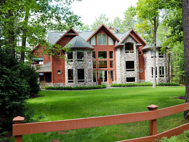Beautiful 11,600 SQ' Mullett Lake Home & Carriage house,  Private  2.5 Acre Lot, holiday rental in Cheboygan County