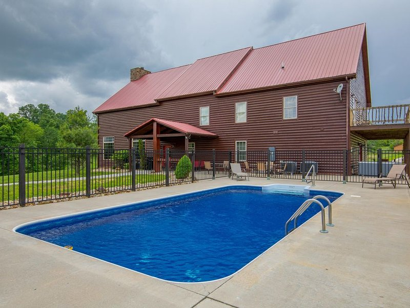 Huge lodge with seasonal swimming pool and accommodations for up to 26 guests! N, aluguéis de temporada em Rockbridge