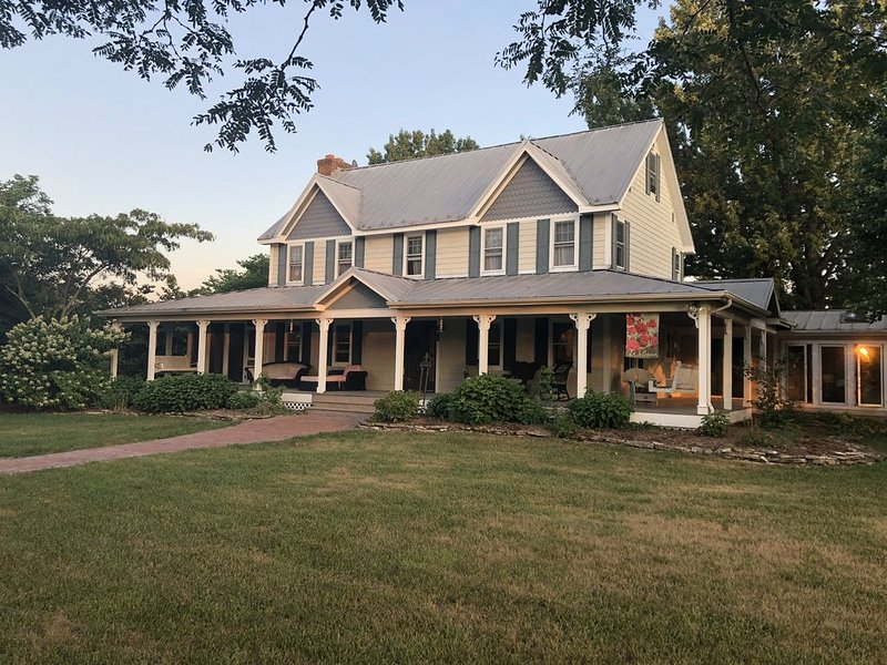 The farmhouse you won't want to leave!, vacation rental in Steelville