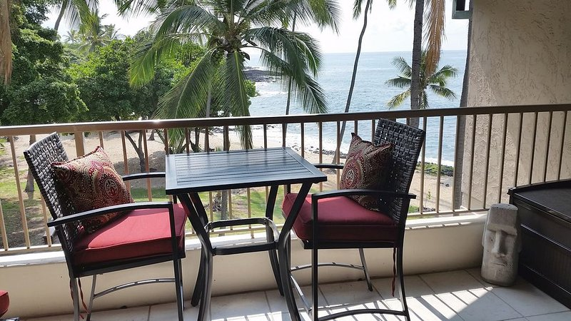 BEAUTIFUL Beachfront / Top Floor / Air Con / Walk to Town, holiday rental in Kailua-Kona