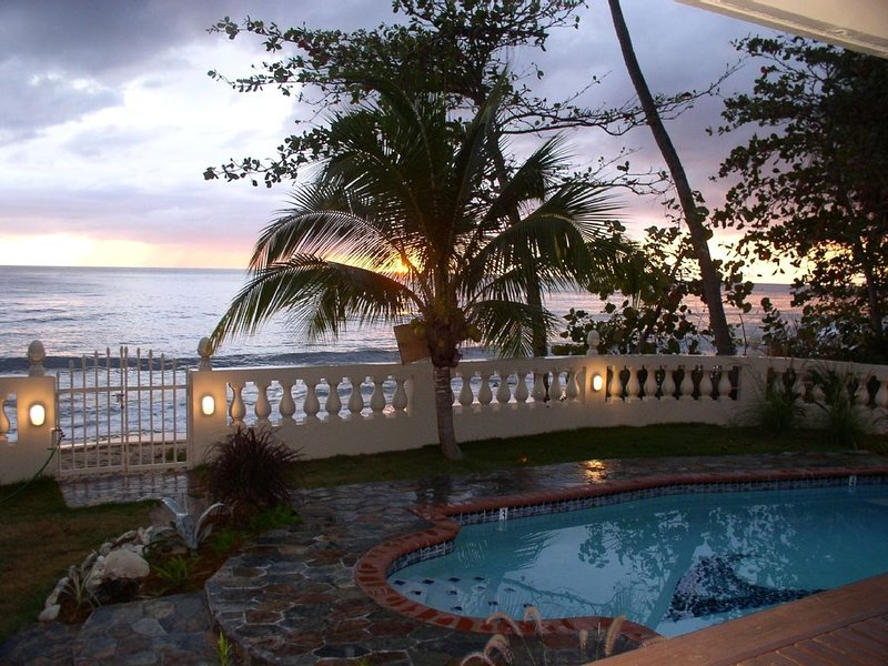 PRIVATE BEACHFRONT home with a private pool., location de vacances à Rincon
