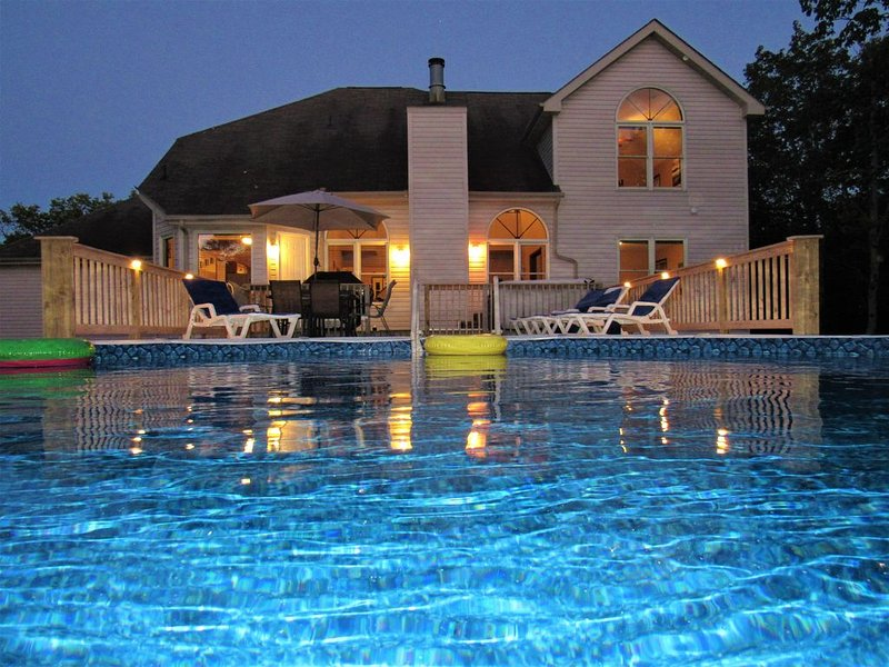 Gorgeous 5 BR Poconos Home, Hot Tub, Pool, Game Room, Fire Pit, Cable, WiFi!, vacation rental in Albrightsville