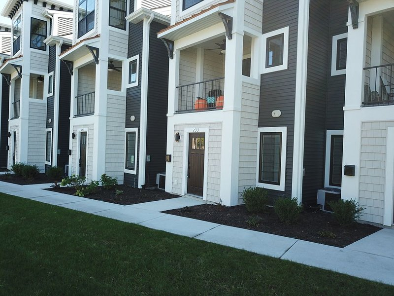 Stunning 3 Bedroom Condo - View the 3D Tour - Family Friendly, Bikes Included, holiday rental in Grand Haven