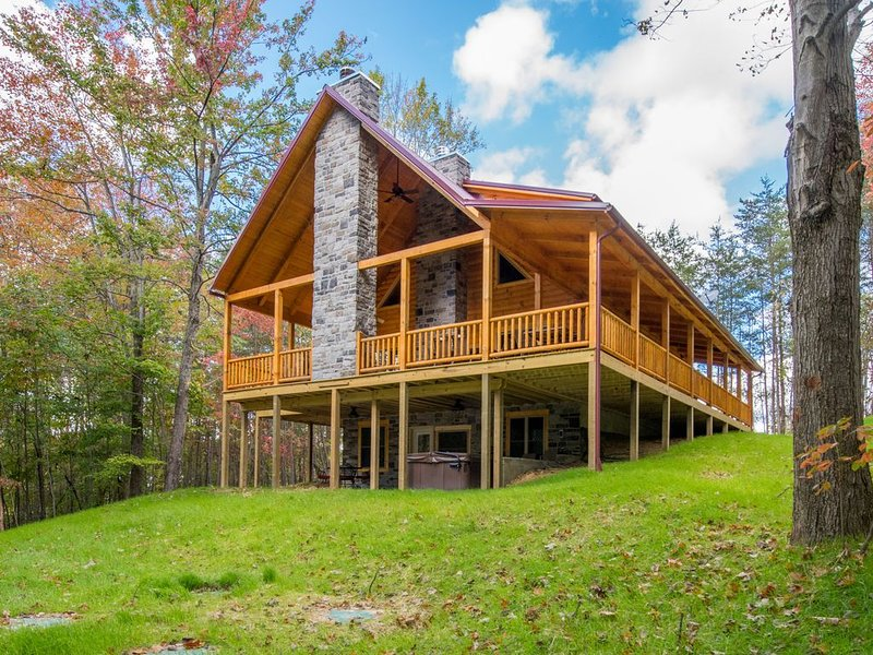 Upscale 4 bedroom pet friendly lodge with shared pond close to Cantwell Cliffs, casa vacanza a Sugar Grove