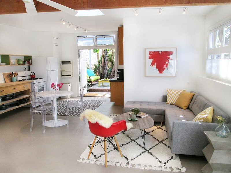 Santa Monica Canyon bungalow, artist loft in private compound, 2 blocks to beach, holiday rental in Santa Monica