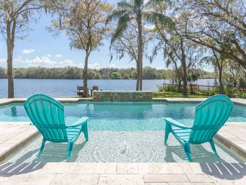Work from THIS home☀Private Riverfront+POOL+Open Plan +King Bed=Paradise☀, location de vacances à Tampa