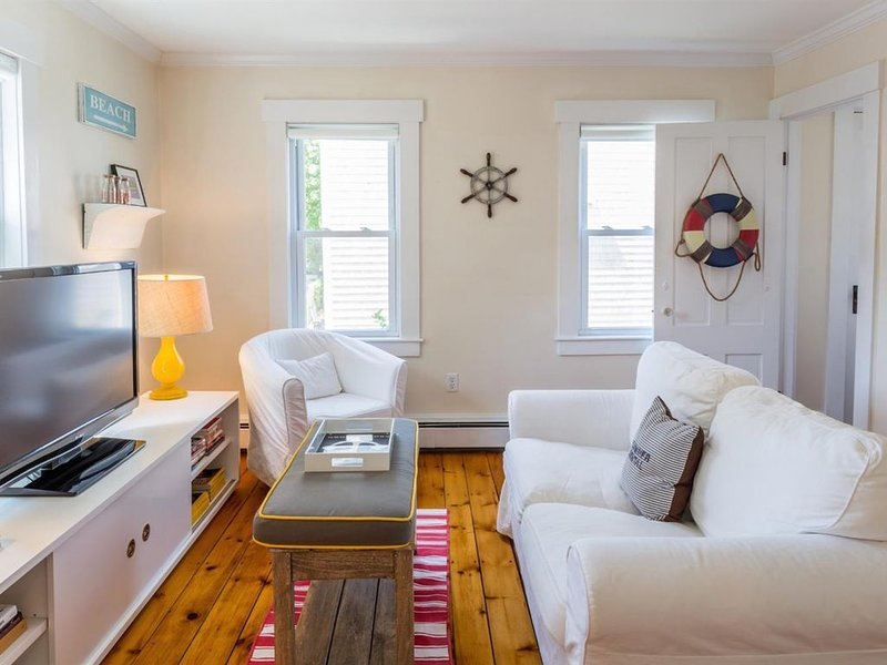 Bright & Airy 2BR 1 Block from Beach, Sleeps 4, On-site Parking, casa vacanza a Provincetown