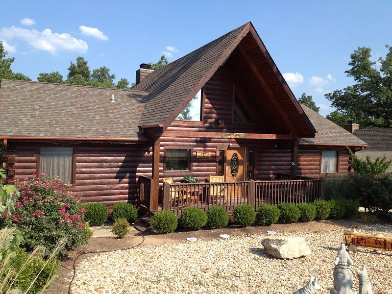 Wilderness Retreat 4 br; 4 b Log Home w/Pool table.  Close to Dogwood Canyon, casa vacanza a Ridgedale
