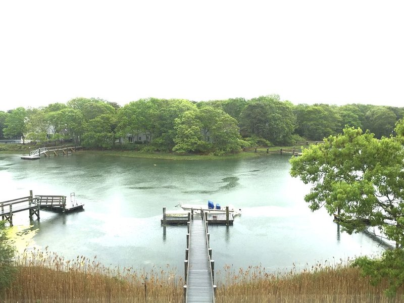 Waterfront W/ Deep Water Dock 4 Br 3 full baths & 2 half baths, location de vacances à Mashpee