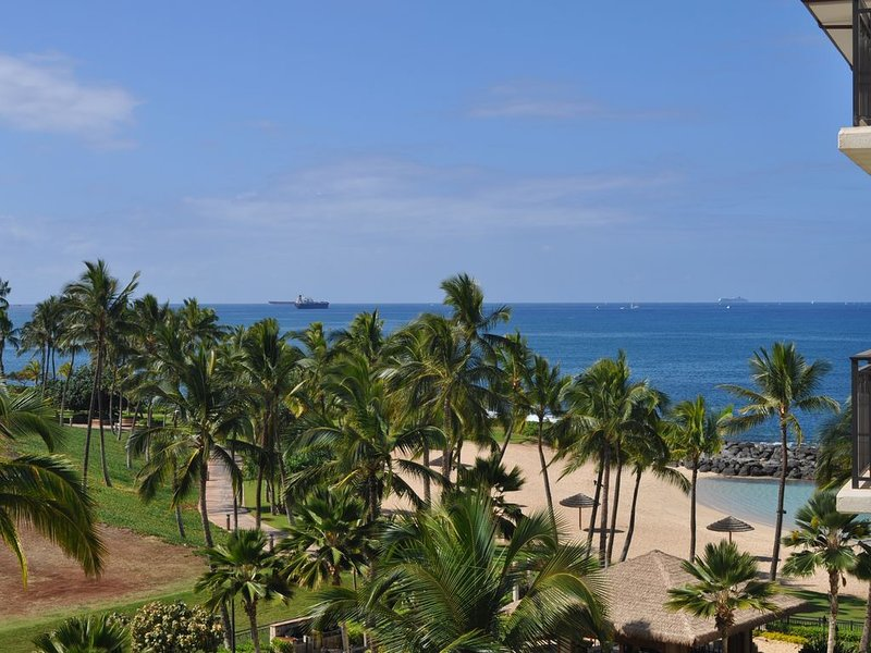 Luxury 3 bed, 3 bath Beach Tower B-503 Great Ocean and pool views, location de vacances à Kapolei