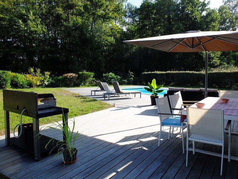 VILLA MANTA, face à la forêt, avec piscine. Calme, espace et lumière, holiday rental in Andernos-les-Bains
