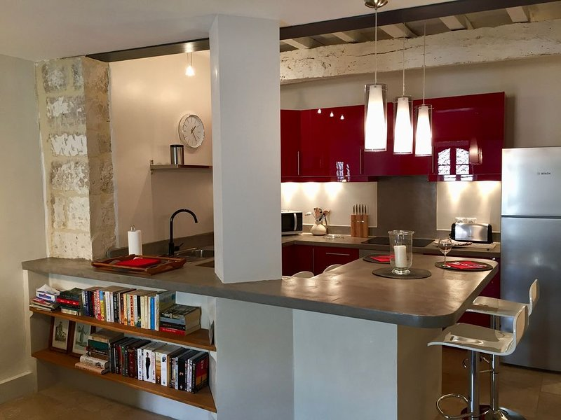 Stylish Uzes Centre Loft Style Apartment with a Large Terrace, vacation rental in Uzes