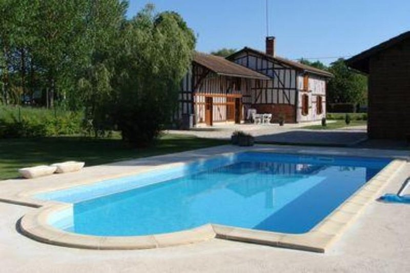 Très belle maison de style champenois, équipée grand confort avec piscine privat, holiday rental in Droyes