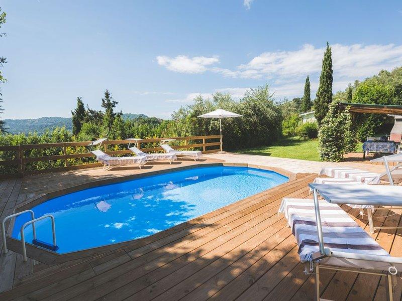 Bella casa esclusiva con piscina immersa nel verde, moderna, rifiniture di lusso, aluguéis de temporada em Camaiore