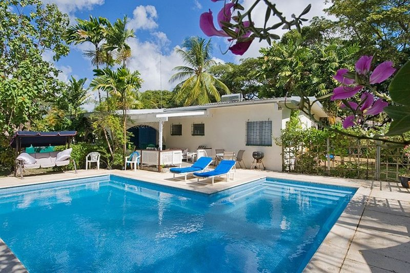 Lazy Days, Holetown, 2 bed, 2 bath, Villa with own 30ft swimming pool, aluguéis de temporada em Holetown