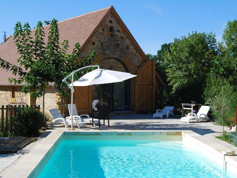 superbe grange restaurée près de  FIGEAC piscine privée,  6/8 personnes,, holiday rental in Ambeyrac