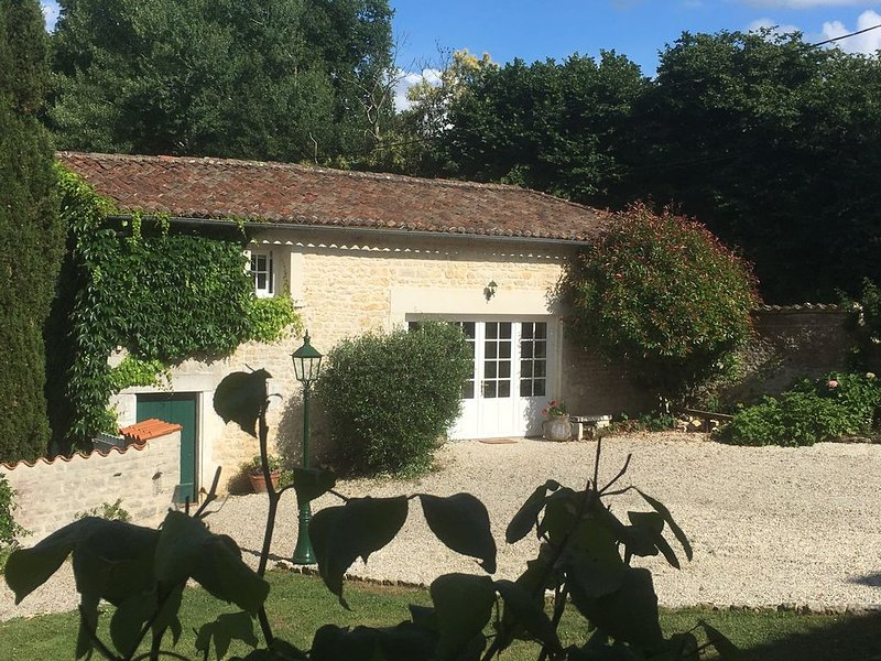 Lovely cottage set in the heart of Cognac countryside, aluguéis de temporada em Merignac
