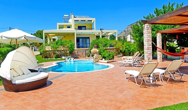 Beachfront Villa with Private Pool in Pefkos, Lindos, Rhodes. 'Villa Angelina'., location de vacances à Rhodes