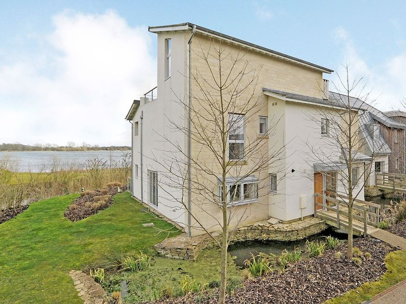 Fantastic location on the highly exclusive 'Somerford Nine' -with Private pool.