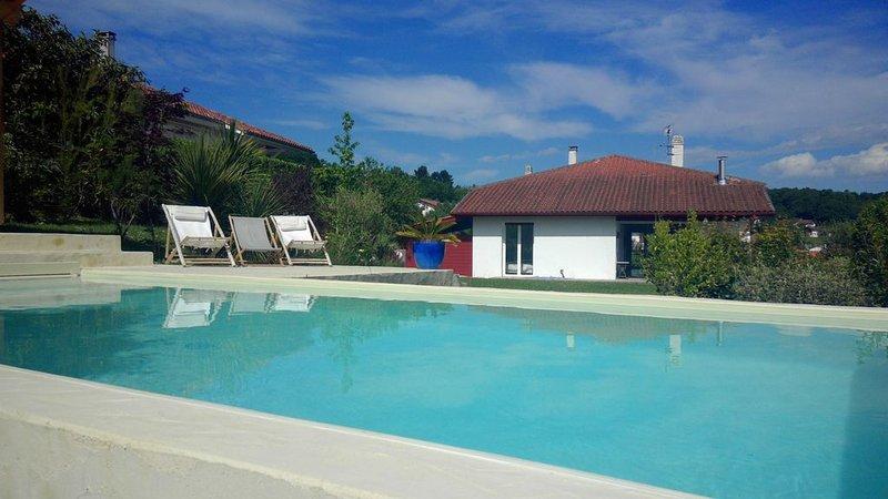 Maison avec piscine au calme au centre du village, alquiler vacacional en Sare