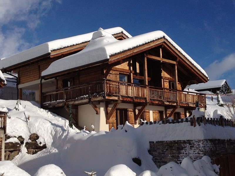 Chalet Renard Blanc is a luxurious yet cosy home for skiing , golf and hiking., casa vacanza a Crans-Montana