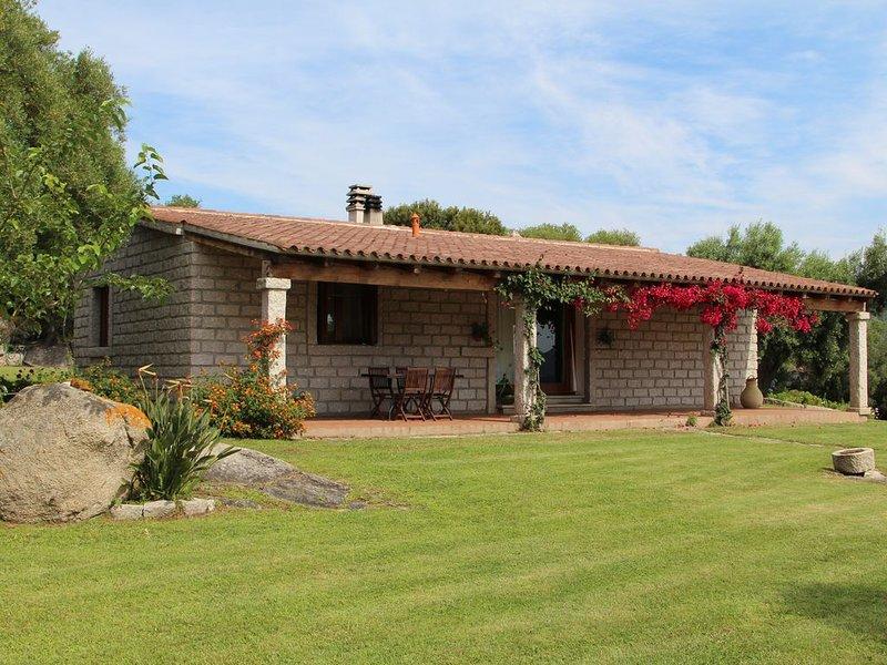 Villa di campagna. 5 minuti dal mare... relax, alba e tramonto in un oasi verde, vacation rental in Olbia