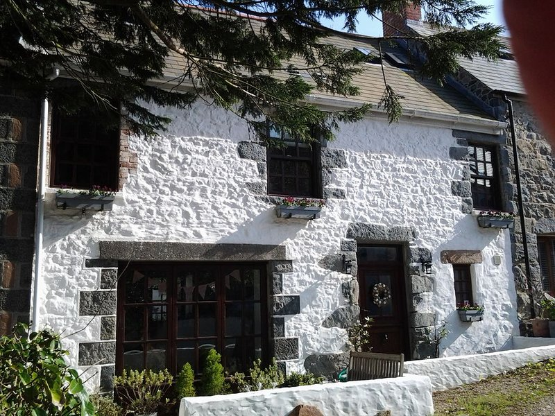 Charming seaside cottage close to sandy beach and stunning cliffs, vacation rental in Sark