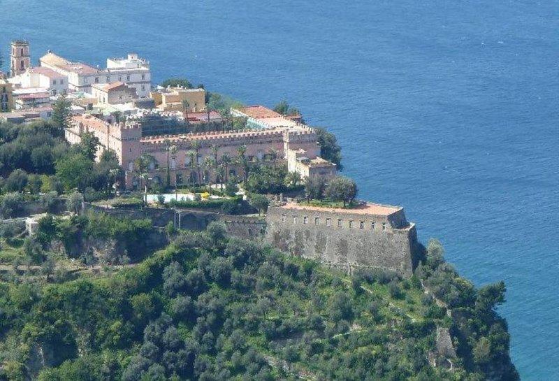 Sorrento Coast appartamento in castello a picco sul mare, holiday rental in Vico Equense