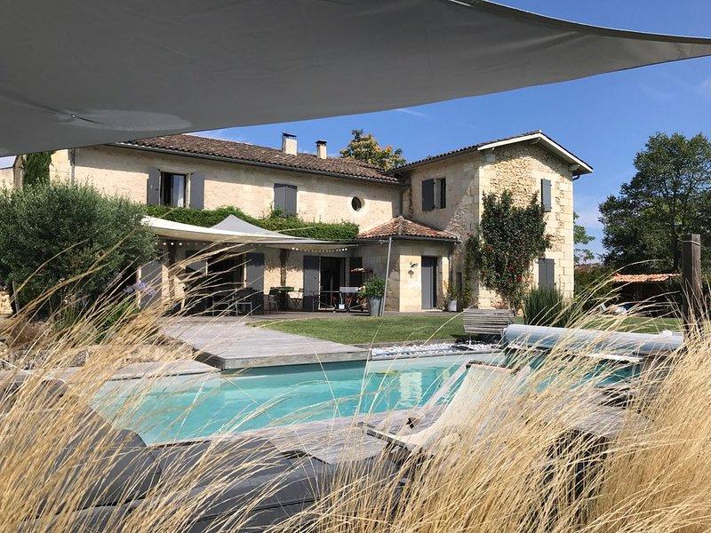 Maison de caractère avec piscine chauffée à 15 min de Bordeaux, casa vacanza a Sadirac