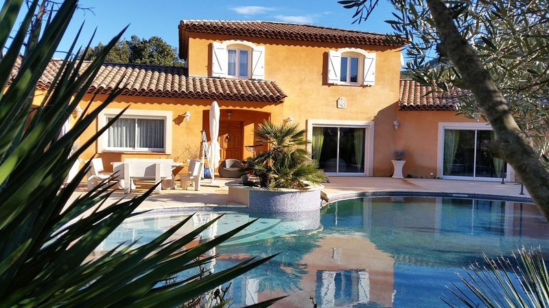 VILLA  240 m²  TOUT CONFORT SUR TERRAIN 4000 M² ARBORE d'OLIVIERS PISCINE PRIVÉ, holiday rental in Evenos