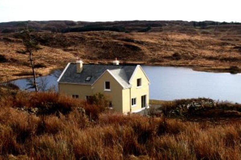 Beautiful lake side cottage in the heart of Connemara, vacation rental in Clifden