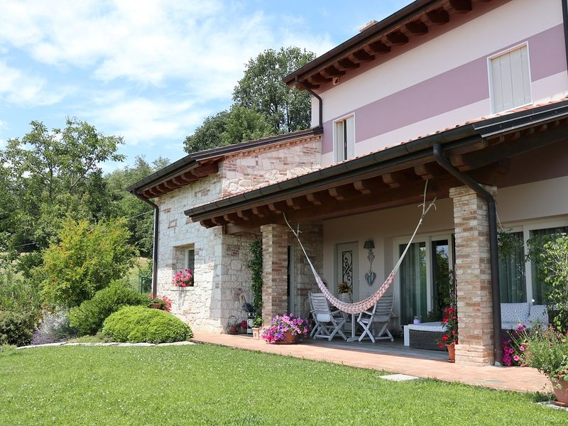 Raffinata,romantica,con piscina,panorama, WIFI,in collina a 10 minuti da Vicenza, holiday rental in Caldogno