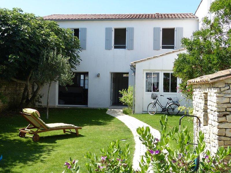 Maison de charme proche des plages et  dans le village avec grand jardin clos, holiday rental in Loix